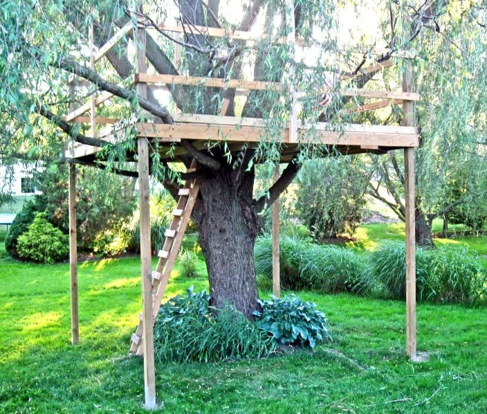 diy tree fort up close