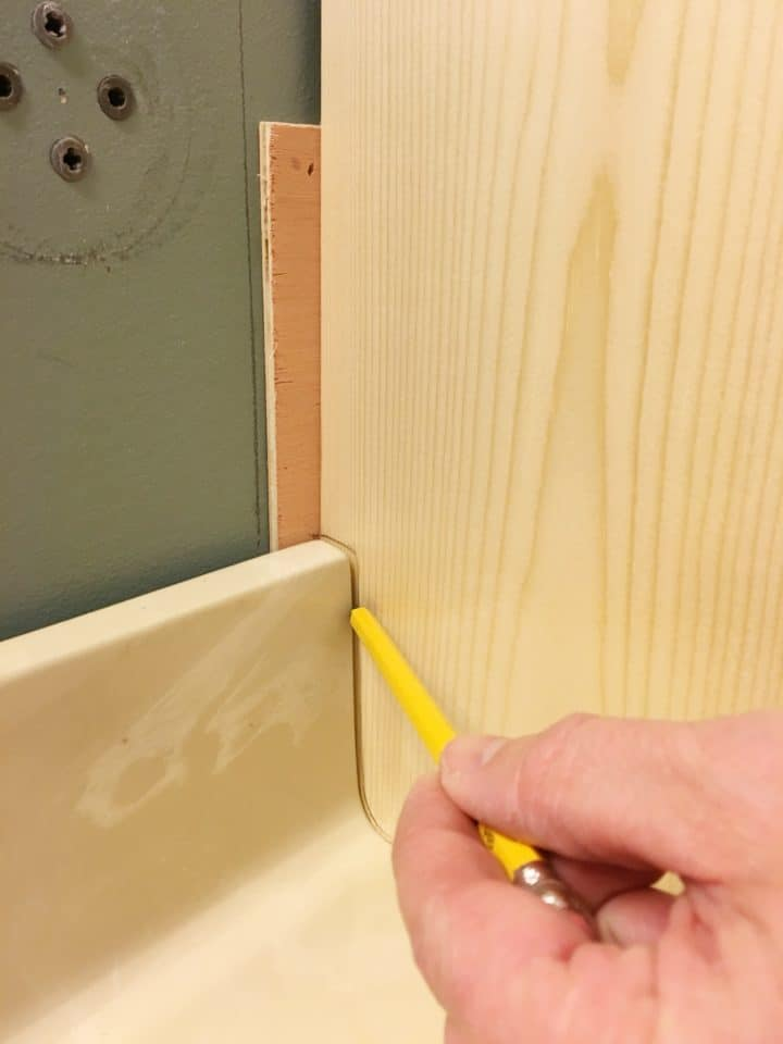 cutting a notch out of a wood