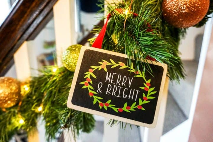 how to make DIY chalkboard Christmas wood signs with garland