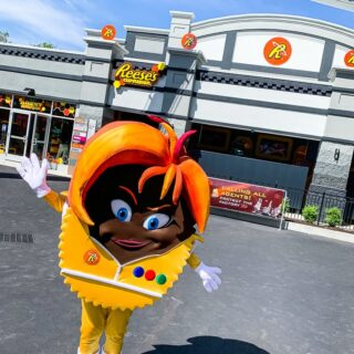 Hersheypark Cupfusion character outside of the new ride